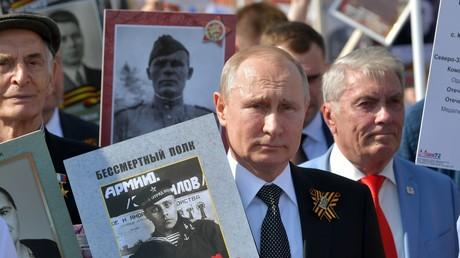 Vladimir Poutine prend part au défilé du Régiment immortel en 2019