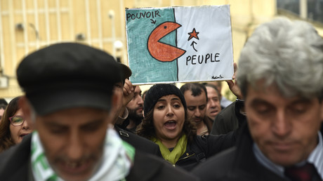 Une Algérienne brandit une pancarte lors d'une manifestation contre le président Abdelaziz Bouteflika dans la ville de Bejaïa, à 220 kilomètres à l'est d'Alger, la capitale, le 26 mars 2019. (Image d'illustration)