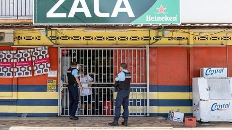 Des gendarmes faisant respecter le couvre-feu à Remire-Montjoly (Guyane) le 20 juin.