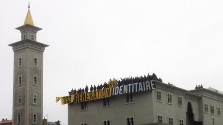 Un groupe de militants du mouvement Génération identitaire déploie une bannière sur le toit de la mosquée de Poitiers le 20 octobre 2012.