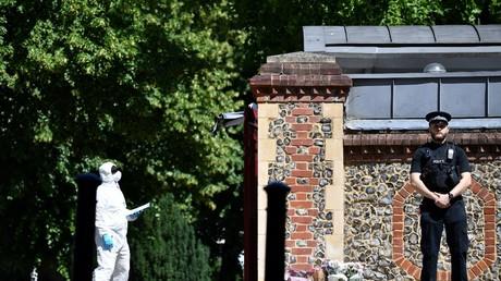 Un officier de police judiciaire à l'intérieur du parc Forbury Gardens à Reading, à l'ouest de Londres, le 22 juin, après l'attaque terroriste du 20 juin 2020.