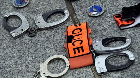 Les policiers ont symboliquement déposé leurs menottes devant la préfecture de police de Paris le 17 juin lors d'un rassemblement de colère policière à l'appel des syndicats Unité-SGP et Alliance (image d'illustration).