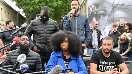 Assa Traoré, sœur d'Adama Traoré, un homme noir décédé en garde à vue en 2016, donne une conférence de presse à côté du réalisateur français Ladj Ly, le 9 juin 2020 à Paris. (image d'illustration)