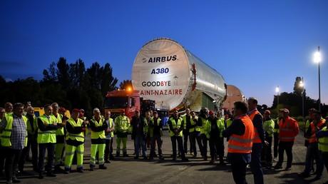 Des ouvriers se rassemblent devant le dernier convoi de l'Airbus A380 MSN 272 à livrer à la compagnie Emirates avant d'atteindre le site d'Airbus, à L'Isle-Jourdain, dans le sud de la France, fin le 17 juin 2020 (illustration).