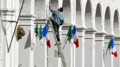 Une photo prise le 1ermars 2003 montre une rue d'Alger fraîchement repeinte et décorée des drapeaux algérien et français, à la veille d'une visite officielle de trois jours du président Jacques Chirac (image d'illustration).