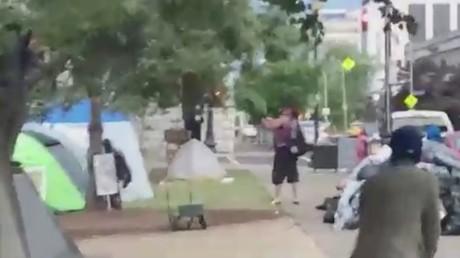 Un homme (au centre) ouvre le feu dans le parc Jefferson Square à Louisville (Kentucky), le 27 juin.