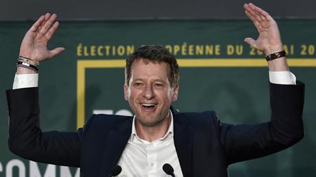 Yannick Jadot, candidat à la tête de la liste Europe Ecologie Les Verts (EELV), réagit après l'annonce des premiers résultats des élections européennes le 26 mai 2019, au restaurant Le Hang'art à Paris.