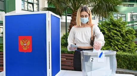 Une femme participe au référendum sur la réforme constitutionnelle en Russie