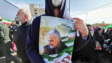 Un Iranien porte un portrait du général iranien tué Qasem Soleimani, le 40e jour après son assassinat lors d'une frappe de drones américains, lors de commémorations marquant les 41 ans de la Révolution islamique, dans la capitale Téhéran le 11 février 2020.