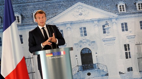 Emmanuel Macron s'exprime lors d'une conférence de presse en Allemagne avec la chancelière allemande Angela Merkel, le 29 juin.