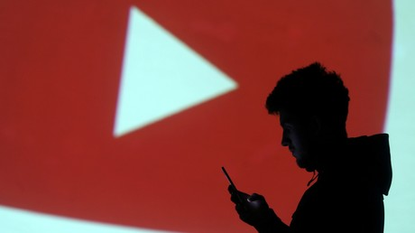 Une silhouette devant le logo de YouTube (image d'illustration).