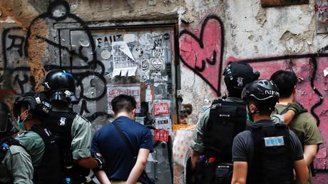 Des hommes sont arrêtés par la police anti-émeute lors d'une marche contre la loi sur la sécurité nationale à l'anniversaire de la rétrocession de Hong Kong à la Chine de la Grande-Bretagne à Hong Kong, le 1er juillet 2020.