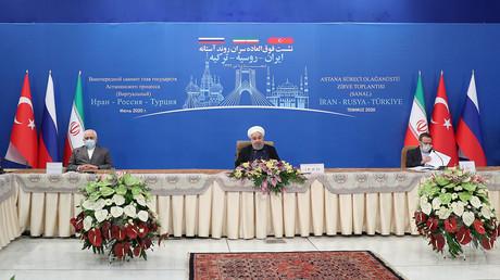 Le président iranien Hassan Rohani participe à une vidéoconférence avec le président russe Vladimir Poutine et le président turc Recep Tayyip Erdogan, à Téhéran, le 1er juillet 2020.
