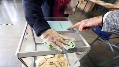Un bureau de vote à Nice (Alpes-Maritimes), le 15 mars 2020 (image d'illustration).