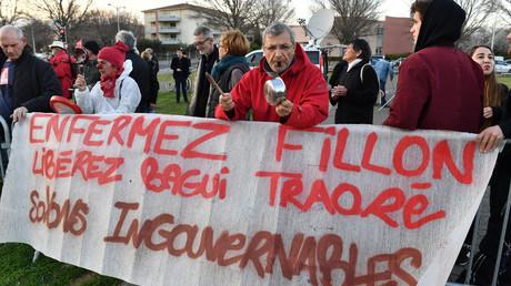 Dès 2017, d'inlassables manifestants, dont certains arborant un nez de clown, protestaient déjà contre l'incarcération de Bagui Traoré, soupçonné de tentative d'assassinat contre des membres des forces de l'ordre, ici à Nîmes en mars 2017 (image d'illustration).