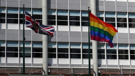L'ambassade de Grande-Bretagne à Moscou a aussi arboré un drapeau LGBT.