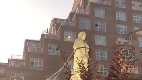 Une statue de Christophe Colomb sur le point d'être déboulonnée, le 4juillet 2020 à Baltimore.
