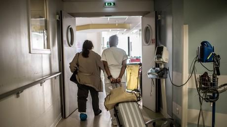 Une infirmière tire une valise alors qu'elle aide un patient à l'hôpital Saint-Louis à Paris, le 28 mai 2020. (image d'illustration)