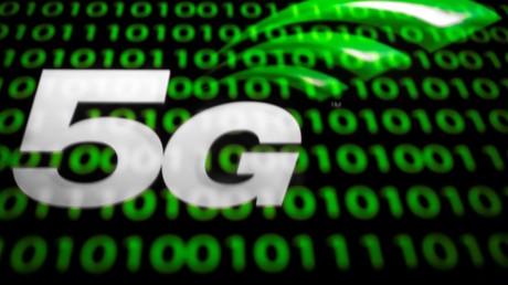 Cette illustration montre le logo de la technologie sans fil 5G affiché sur une tablette à Paris le 18 février 2019.