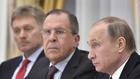 Le président russe Vladimir Poutine, accompagné du ministre des Affaires étrangères Sergueï Lavrov et du porte-parole du Kremlin Dmitri Peskov, au Kremlin de Moscou, le 24 mars 2016. (image d'illustration)