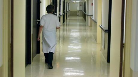 Une infirmière marche dans un couloir vide, le 05 novembre 2001, dans la clinique Saint-Nicolas de Toulouse (Haute-Garonne). (Image d'illustration)