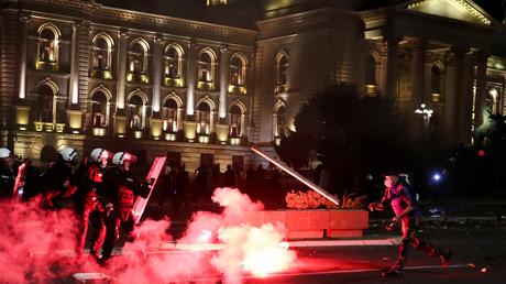 Un manifestant jette un projectile vers les forces de l'ordre à Belgrade, dans la nuit du 7 au 8 juillet 2020.