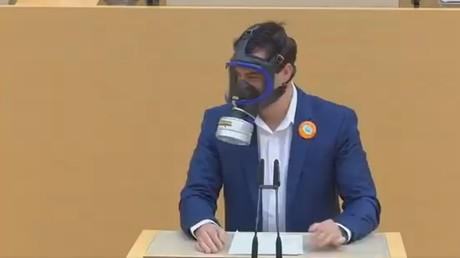 Bavière : un député en masque à gaz au parlement pour se moquer des mesures anti-Covid