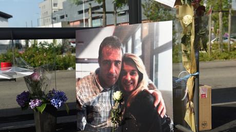 Une photo de Véronique et Philippe Monguillot, un chauffeur de bus décédé après avoir été agressé pour avoir refusé de laisser monter à bord des personnes qui ne portaient pas de masques, à Bayonne, dans le sud-ouest de la France, le 8 juillet. 2020.