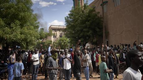 Les manifestants rassemblés devant la mosquée Salam de Badalabougou à Bamako le 12 juillet 2020.