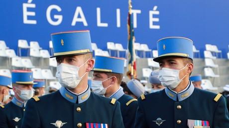 Des élèves-officiers de l'Ecole militaire inter-armes portant des masques de protection arrivent avant le défilé militaire annuel du 14 Juillet sur la place de la Concorde à Paris, le 14 juillet 2020 (image d'illustration).