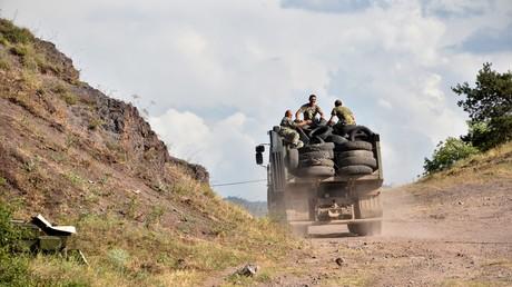 Des soldats arméniens en patrouille aux abords du village de Movses, près de la frontière avec l'Azerbaïdjan, le 15 juillet.