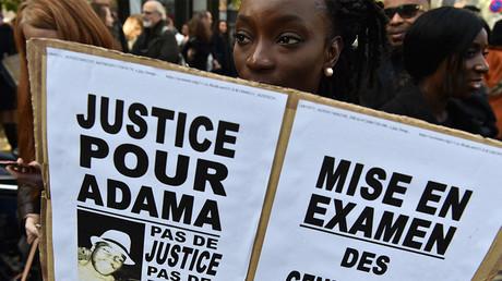 Pancarte Justice pour Adama lors d'une manifestation de soutien à la famille d'Adama Traoré, à Paris (image d'illustration).