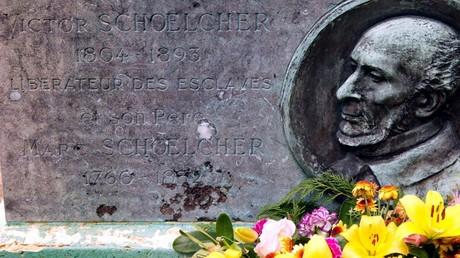 Cliché de la pierre tombale de Victor Schœlcher, le 5 mai 2004, à Paris (image d'illustration).