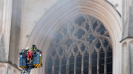 Des pompiers interviennent alors que la cathédrale de Nantes est frappée par un incendie, le 18 juillet 2020.