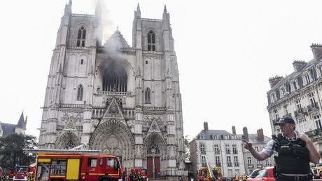 Un policier se tient devant la cathédrale de Nantes, en flammes, le 18 juillet 2020 (image d'illustration).
