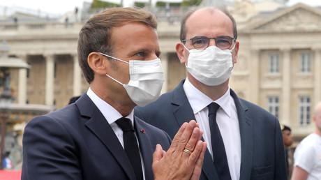 Emmanuel Macron et Jean Castex vêtus de masque lors du défilé du 14 juillet place de la Concorde à Paris.