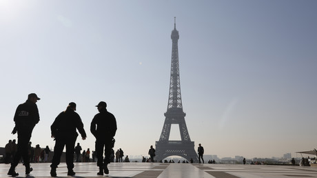 Des policiers français patrouillent sur la place des droits de l'Homme du Trocadéro face à la Tour Eiffel, le 21 avril 2017 à Paris (image d'illustration).