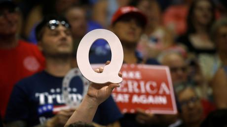 Une personne brandit la lettre «Q» lors d'un meeting de Donald Trump en Pennsylvanie, en août 2018 (image d'illustration).