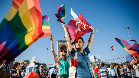 Des drapeaux LGBT et turcs déployés place Taksim lors d'une manifestation en 2016 à Istanbul (image d'illustration).