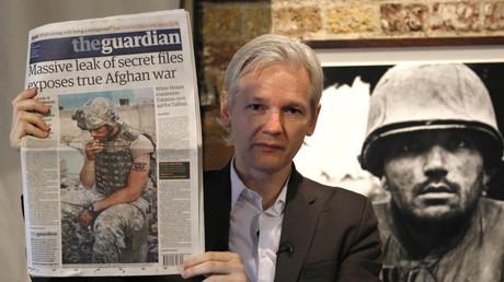 Le fondateur de Wikileaks, Julian Assange, tient un exemplaire du journal Guardian lors d'une conférence de presse au Frontline Club, dans le centre de Londres, le 26 juillet 2010.
