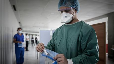 Prise en main d'un test de dépistage au Covid-19 à l'aéroport de Bordeaux-Merignac (image d'illustration).