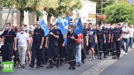 Manifestation de pompiers à Etampes le 24 juillet 2020, pour exiger la sécurisation de leurs interventions.