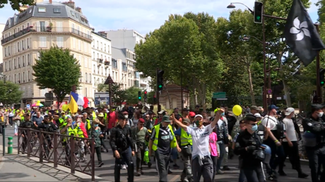 «On est là !» : des Gilets jaunes toujours mobilisés malgré l'été (VIDEO)