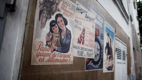 Des affiches de l'Etat français vichyste dans les rues de Montmartre, le 25 mai 2020, à Paris (image d'illustration).