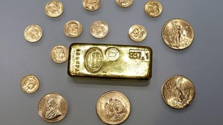 Un lingot et des pièces d'or (Image d'illustration)