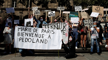 Une manifestation devant la mairie de Paris, le 23 juillet 2020, pour demander le départ de Christophe Girard (image d'illustration).
