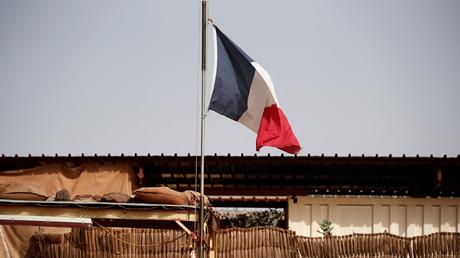 Le drapeau français flotte au-dessus de la Plateforme opérationnelle désert (PfOD) faisant partie de l'opération Barkhane à Gao au Mali. Photo d'archive 2019.