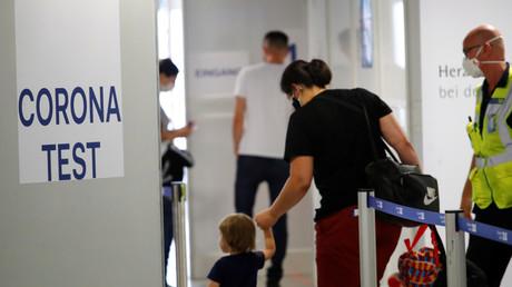 A l'aéroport de Düsseldorf, comme dans tous les aéroports allemands,  des parcours de test ont été installés. (27 juillet 2020)