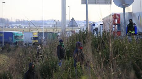 En 2016, des migrants essaient de monter dans des camions en direction du Royaume-Uni (image d'illustration)
