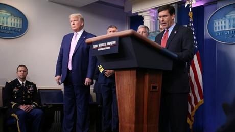 Mark Esper, secrétaire à la Défense des États-Unis, et Donald Trump à la Maison blanche le 1er avril 2020 (image d'illustration).